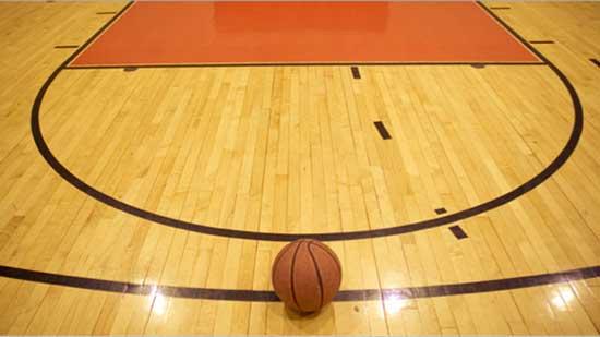 Игрище и топка за игра на баскетбол