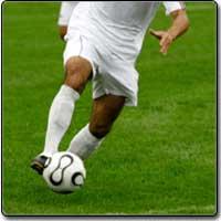 Футболист в игра с топка