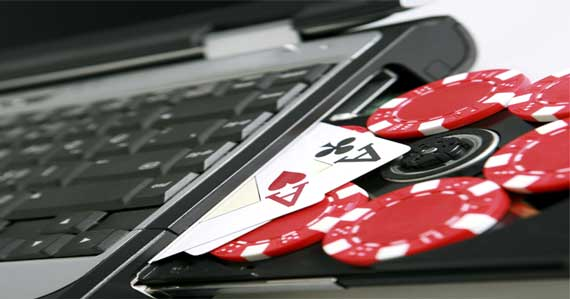 Компютър с чипове и карти за покер