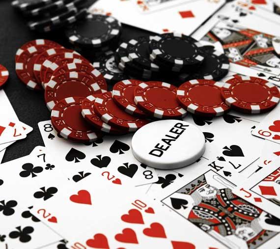 Покер маса с чипове и карти