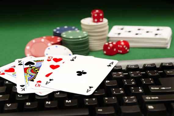 Компютър за интернет покер с карти и чипове върху него