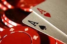 Чипове и карти в червен цвят